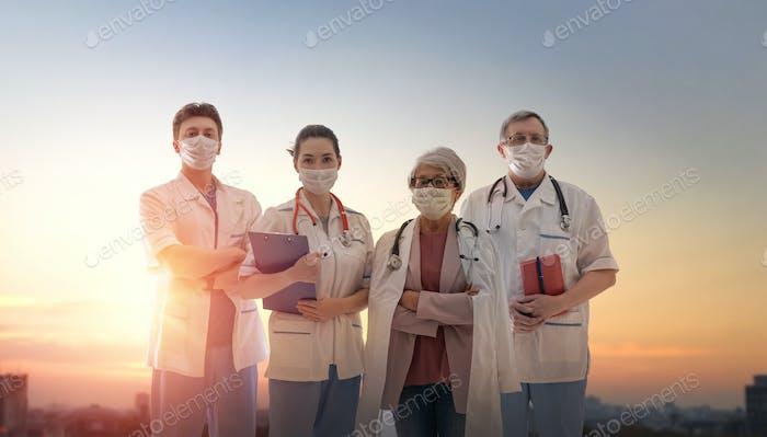 Equipo de médicos que usan mascarillas durante el coronavirus