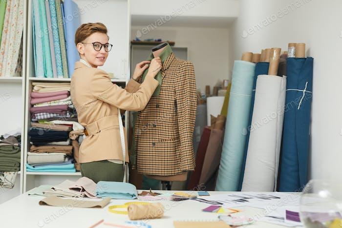 Modeschöpfer arbeiten mit Jacke