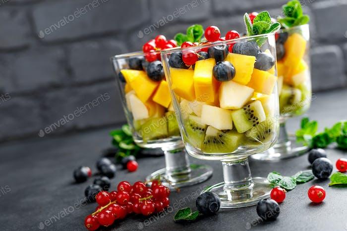 Frischer Salat mit Früchten und Beeren im Glas