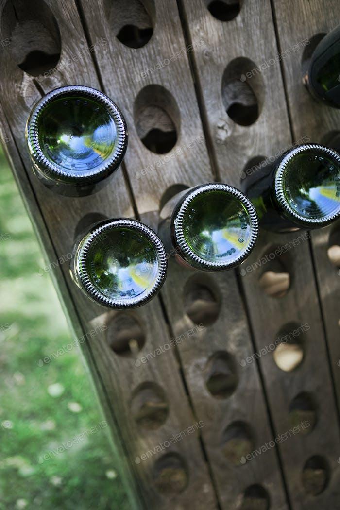 Secador de botellas de madera en una bodega francesa