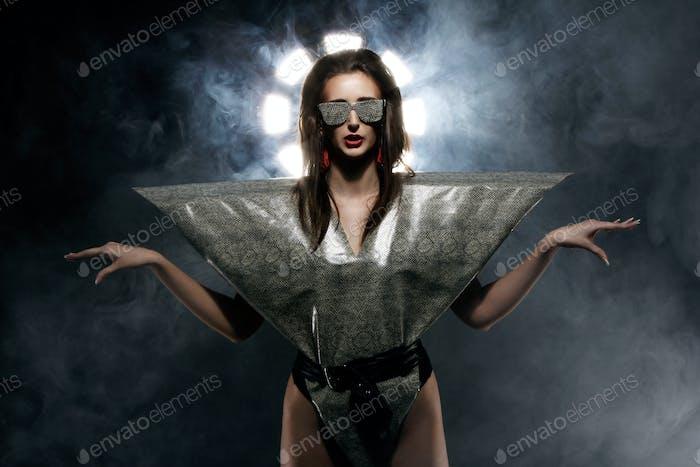 Mode-Modell im stilvollen Schlangenbild
