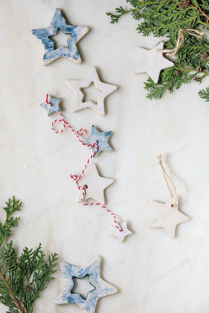Weihnachtssterne und Geschenke