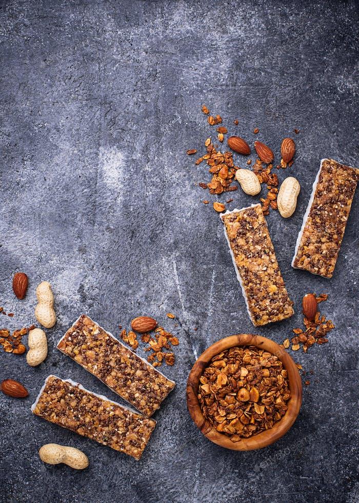 Домашние батончики гранолы с орехами.