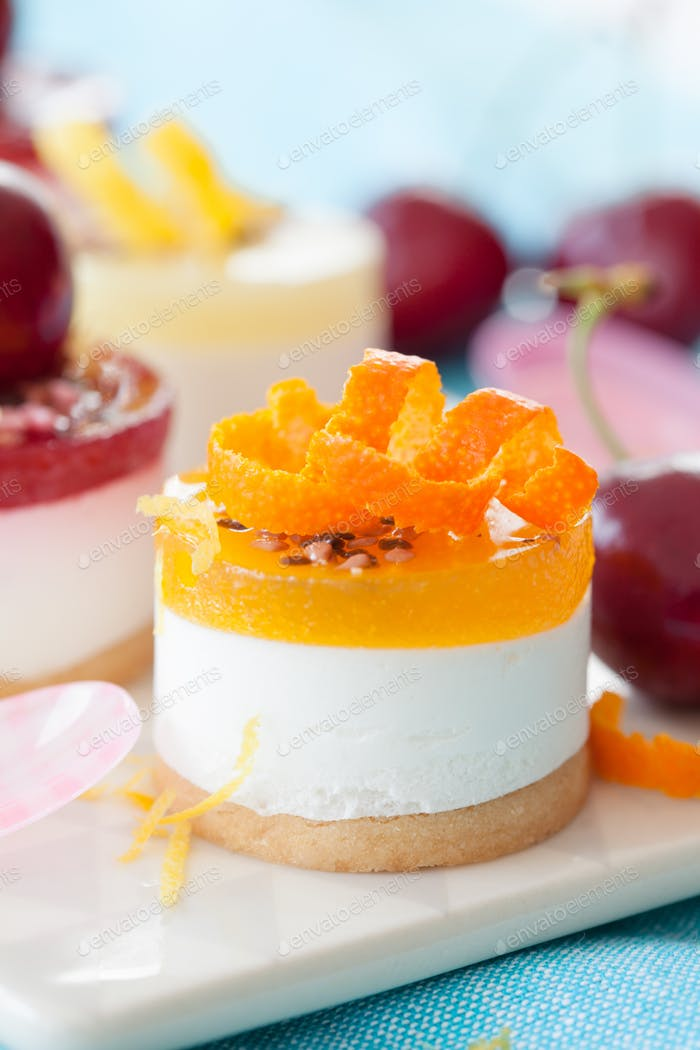 Little cheese cakes with fruits
