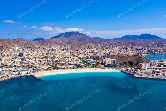 Luftaufnahme des Laginha Strandes in Mindelo Stadt auf der Insel Sao Vicente in Kap Verde