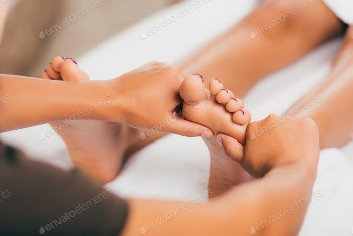 abgeschnittene Ansicht einer entspannenden und Spa-Massage