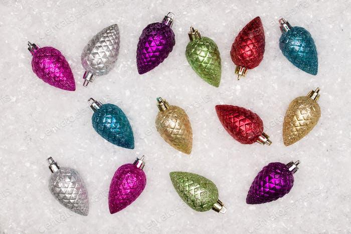 Ноэль праздничный фон. Новый год символ. Рождественские и новогодние елочные украшения над белым снегом.