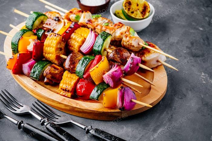 Gegrillte Gemüse- und Hähnchenspieße mit Mais, Paprika, Zucchini, Zwiebeln, Tomaten und Pilzen