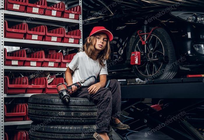 Porträt von niedlichen Kind in Auto-Service-Werkstatt