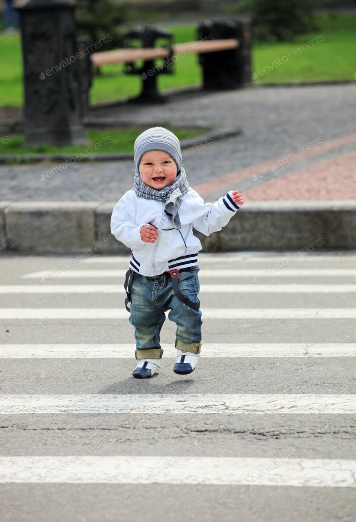Kleiner Junge überquert eine Straße