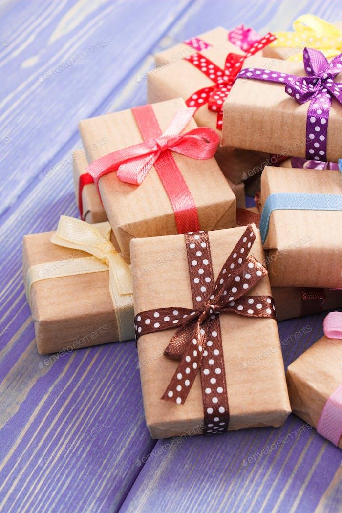 Verpackte Geschenke mit bunten Bändern für Valentinstag oder andere Feier