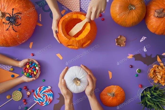 familia preparándose para Halloween.