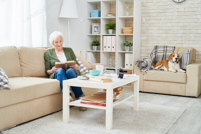 Senior Frau allein zu Hause