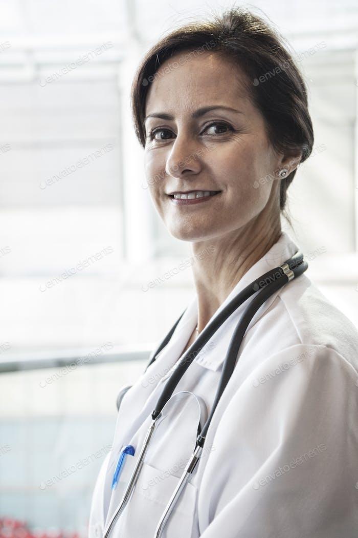 Kaukasische Ärztin im Labormantel mit Stetheskop.