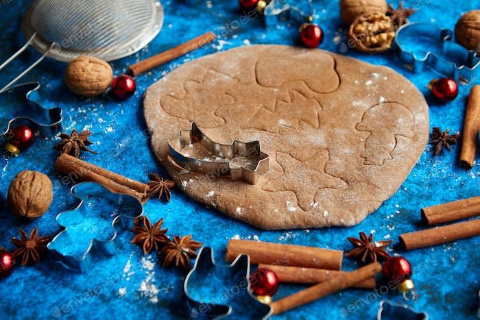 Weihnachtsbackkonzept Lebkuchenteig mit verschiedenen Schneideformen