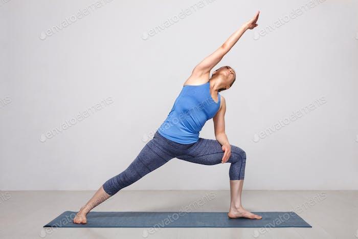 Frau tut Ashtanga Vinyasa Yoga Asana Utthita parsvakonasana