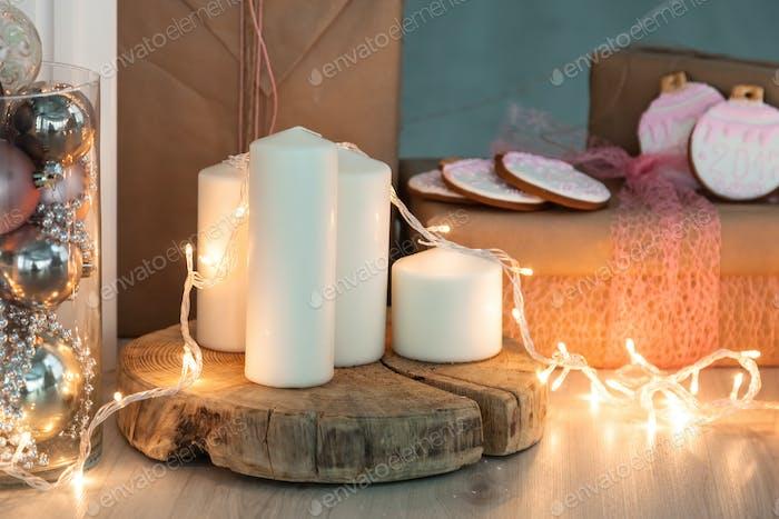 Rustikaler Land-Hintergrund - Holz - mit Kerzen und Schneeflocken zu Weihnachten