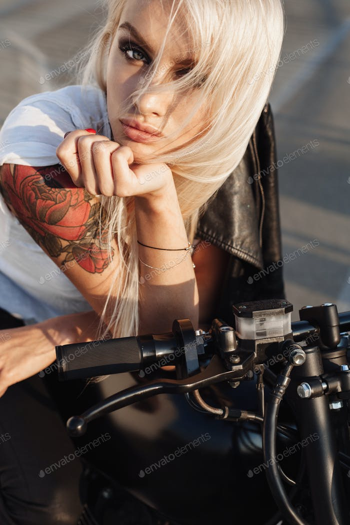 Biker-Mädchen sitzen auf Vintage-benutzerdefinierte Motorrad