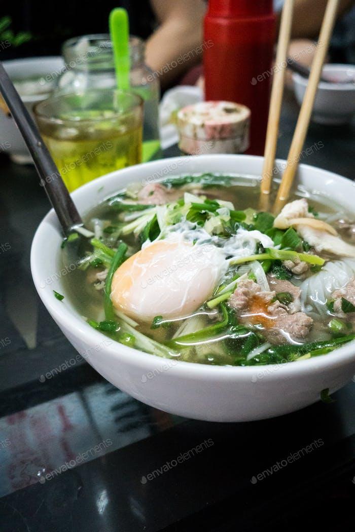 Traditionelle vietnamesische Pho Bo Nudelsuppe mit Ei