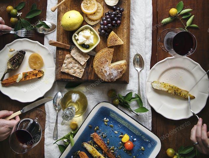 Una pareja comiendo un plato de queso Comida Fotografía idea receta