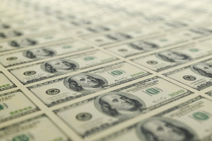 100 billetes de dólares de EE.UU. dispuestos en una fila. Renderizado 3D.