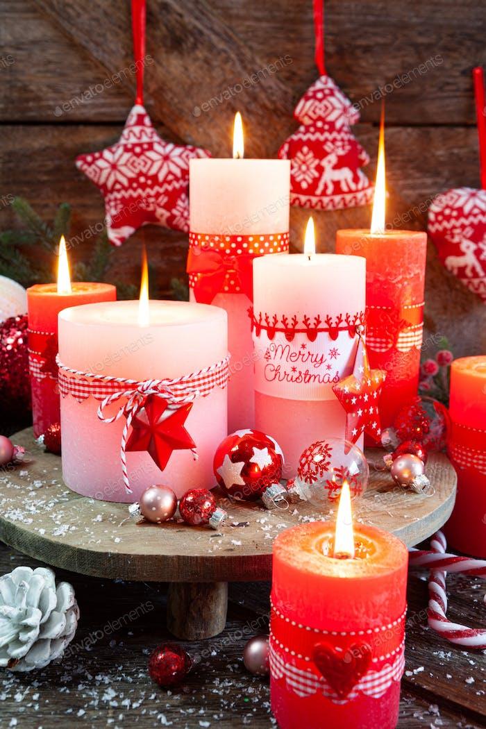Brennende Kerzen und Weihnachtsdekorationen