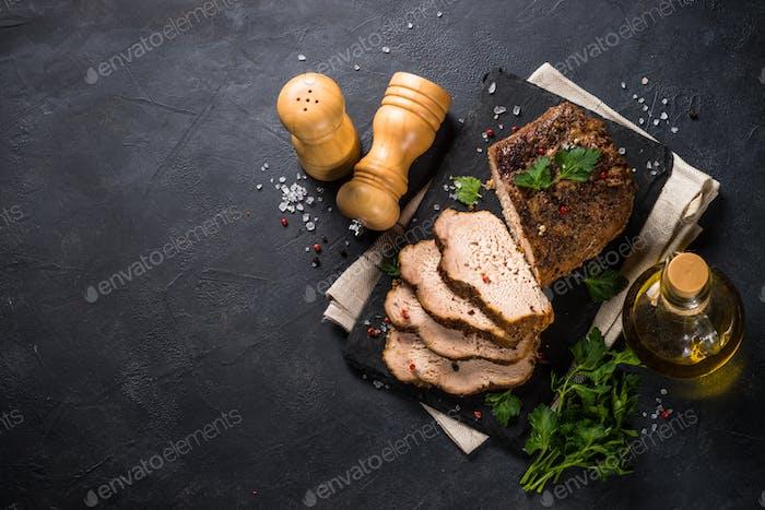 Jamón de carne de cerdo al horno sobre mesa de cocina negra