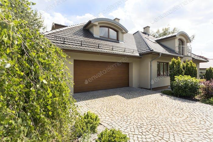 Freistehendes Haus außen mit Kopfsteinpflastereinfahrt