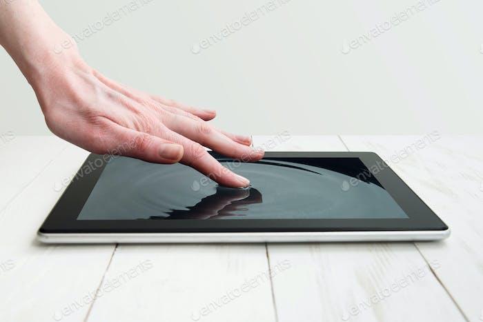 menschliche Hand berühren futuristische Bildschirm