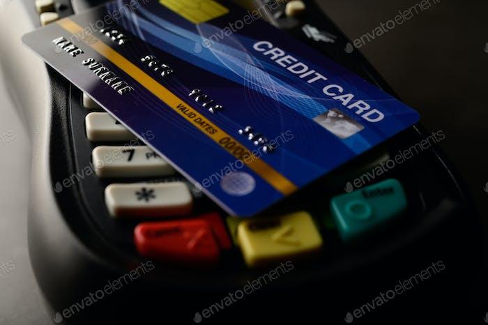 Auf Kreditkarten-Tüchern platzierte Kreditkarten