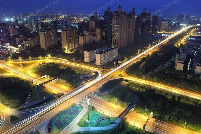 Autobahnüberführung in der Nacht