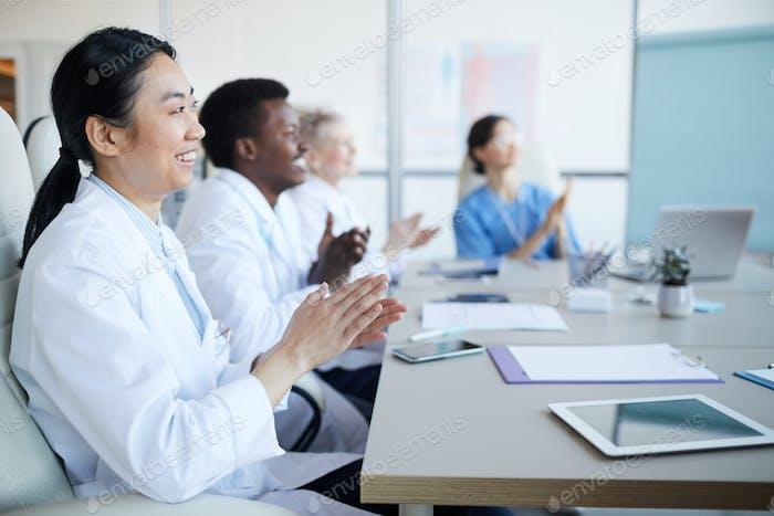 Ärzte applaudieren in der Konferenz