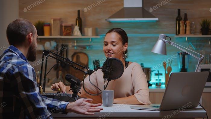 Internetshow-Host, der Gast interview