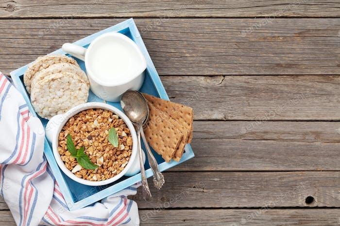 Gesundes Frühstücksset mit Müsli, Beeren und Milch