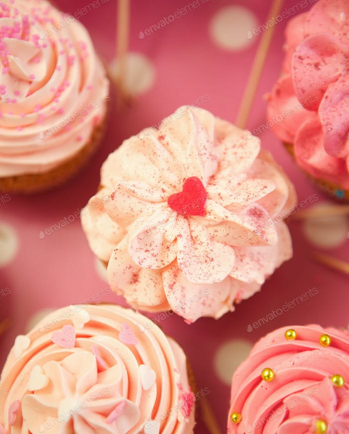 Rosa Herzform Cupcake