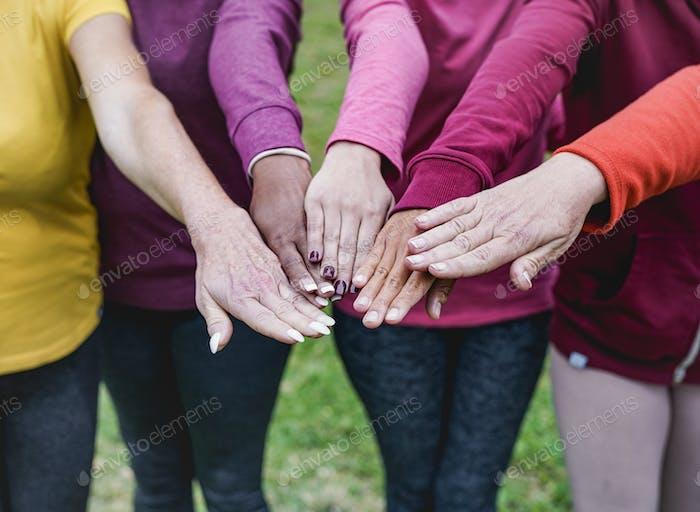 Astracando las manos de las mujeres multirraciales - Personas multigeneracionales - Concepto de equipo y unidad