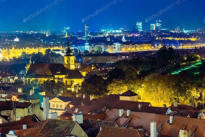 Nachtluftaufnahme des Stadtbildes von Prag, Tschechische Republik