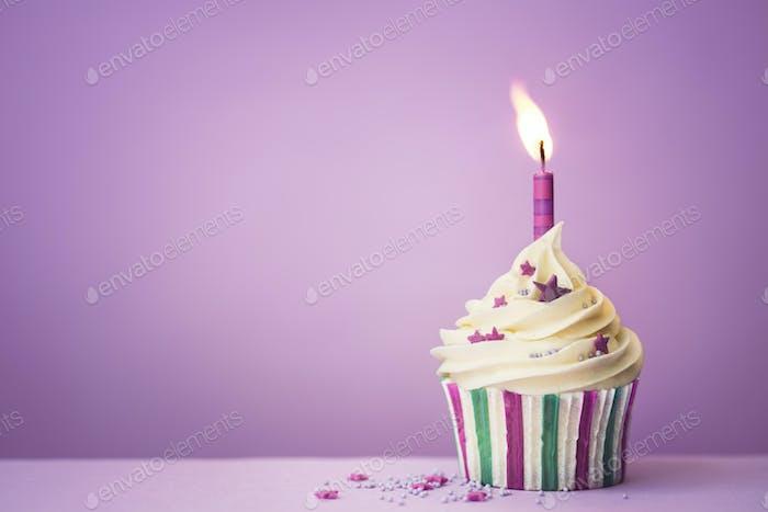 Lila Geburtstags-Cupcake