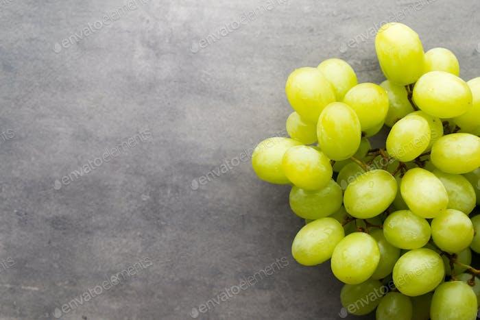 Traubenhaufen auf dem grauen Hintergrund.
