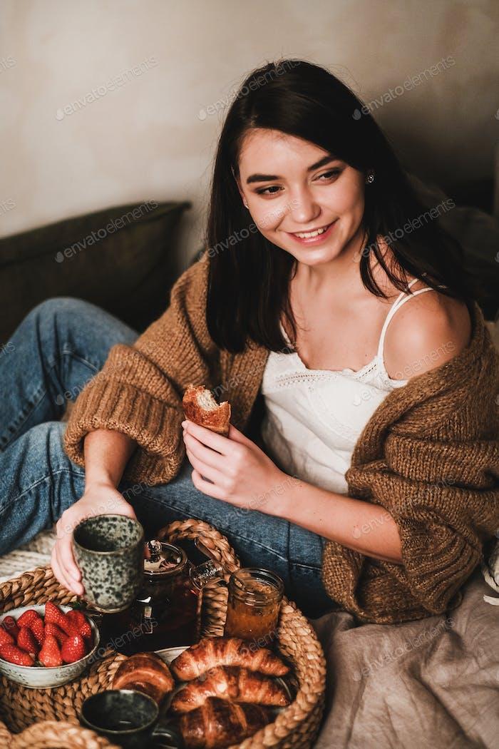 junge schön lächelnd Brünette Frau mit Frühstück im Bett