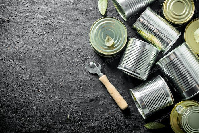 Grupo de latas com alimentos enlatados.