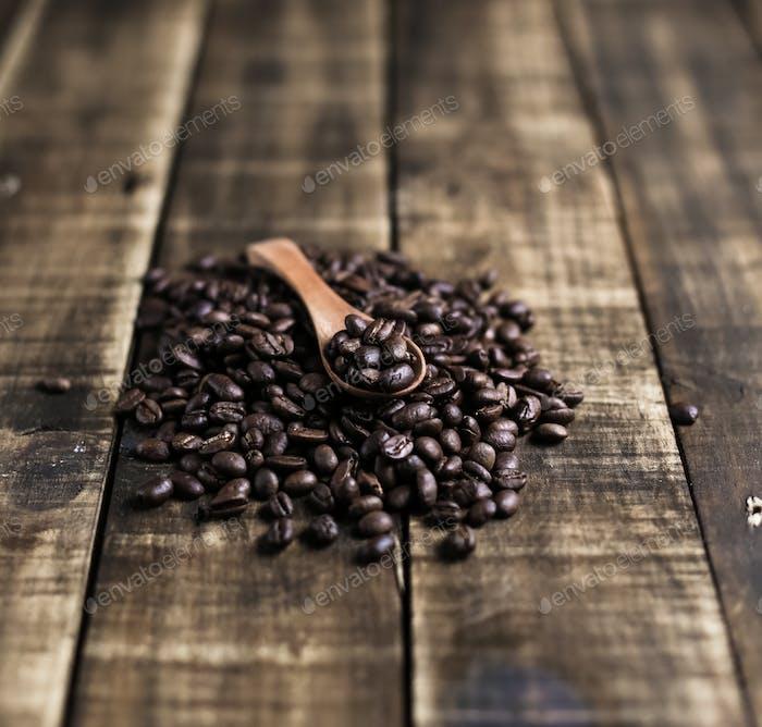 Kaffeebohnen mit Holzlöffel
