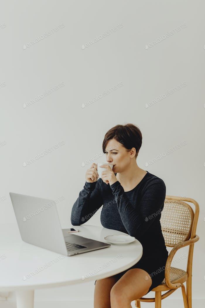 Frau, die von zu Hause aus arbeitet