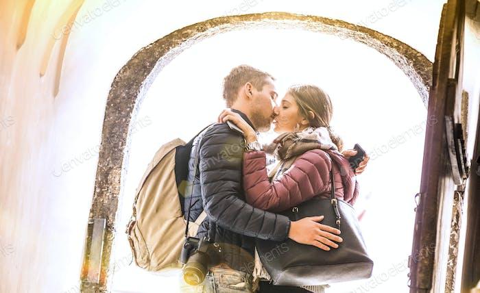 Verliebtes Reisepaar küssen bei Stadtrundgang im Freien