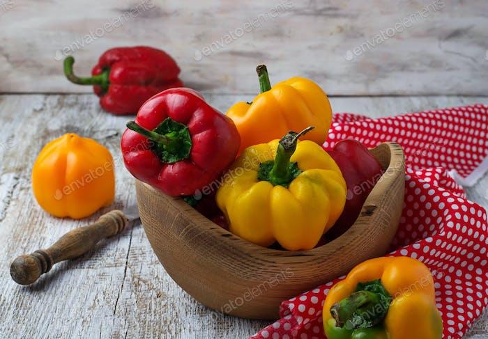 Frische reife rote und gelbe bulgarische Paprika