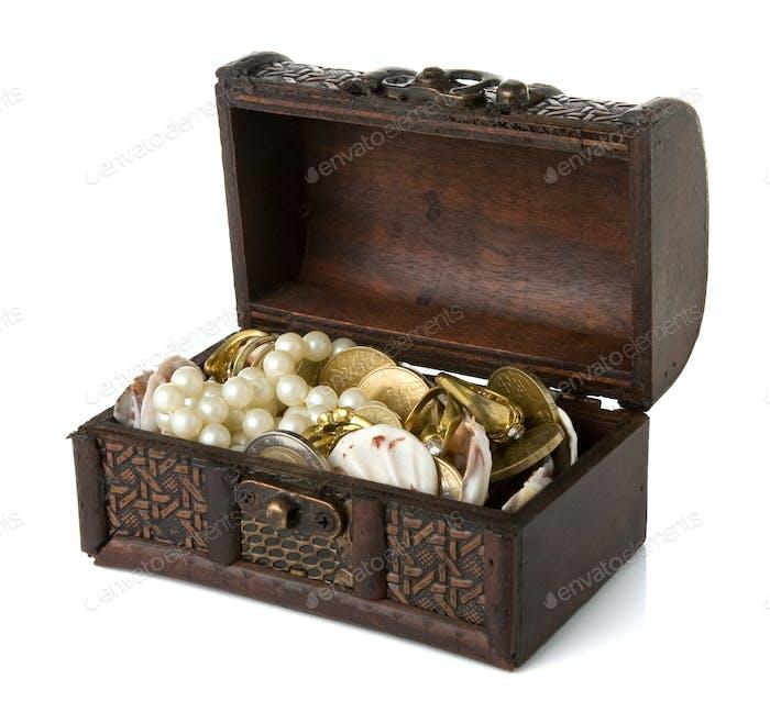 Truhe mit Münzen und Juwelen auf weiß isoliert