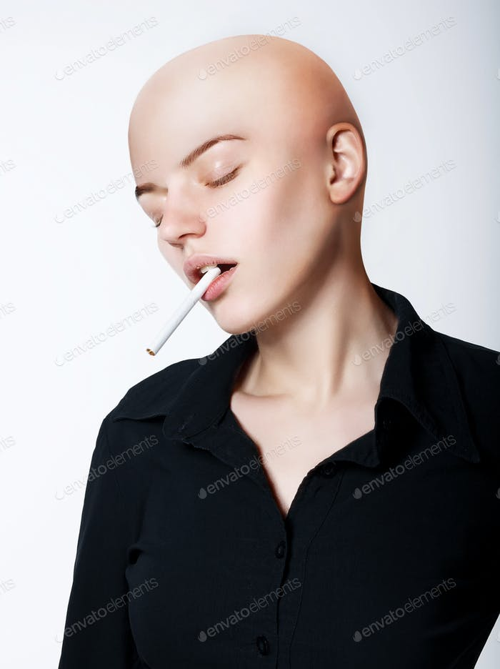 Наркомания. Лысый женщина курит сигарету