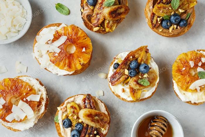 Süßer Toast mit Frischkäse, gegrillten Bananen, Heidelbeeren und Nüssen. Nahaufnahme