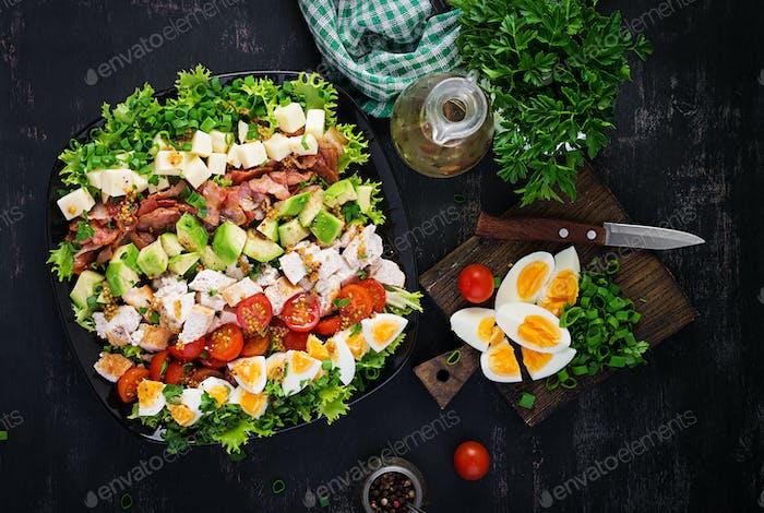 Gesunder Cobb-Salat mit Huhn, Avocado, Speck, Tomaten, Käse und Eiern