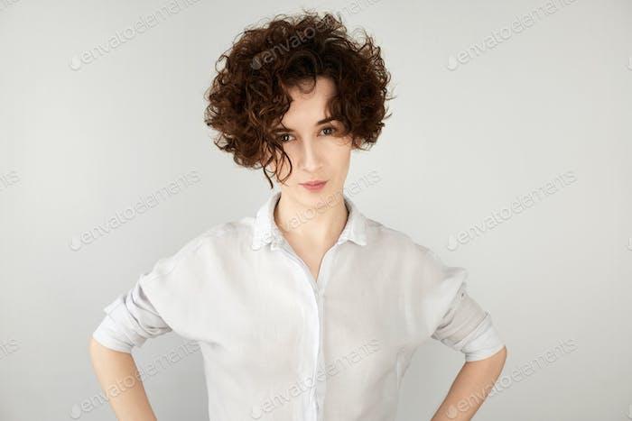 Nahaufnahme Porträt einer skeptischen jungen Frau, die misstrauisch aussieht, mit angewieltem Ausdruck